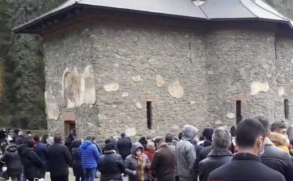 Mii de pelerini surprinşi la coadă, la mormântul lui Arsenie Boca
