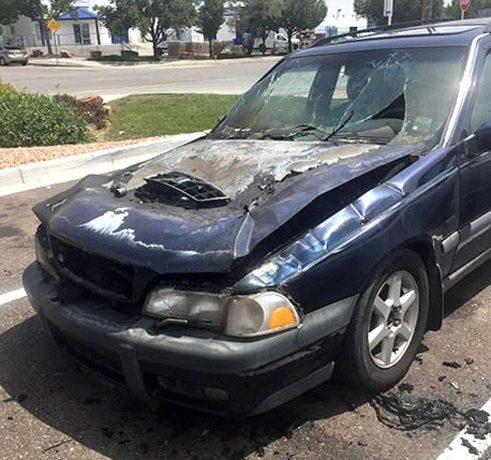 A incendiat o mașină în plină stradă