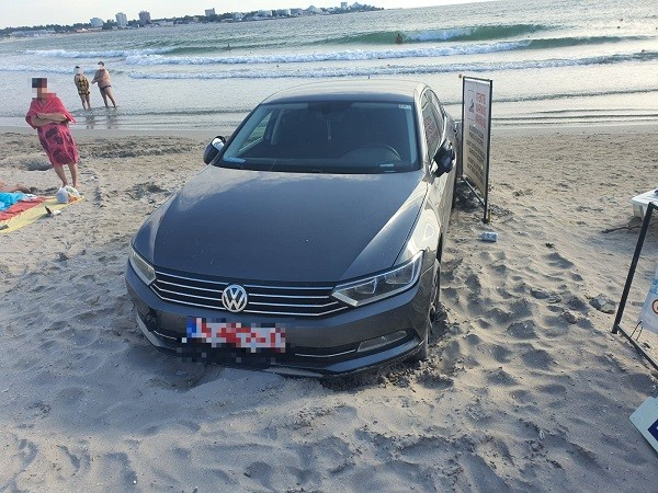 Amendat cu 10.000 de lei pentru că şi-a parcat maşina pe plajă. Foto