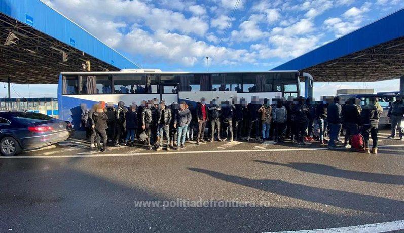 Grup de 68 de migranți, oprit la granița de vest. Cum încercau să treacă frontiera