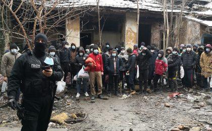 Este tragic! Peste 50 de migranți, depistați într-o clădire din Timişoara. Foto