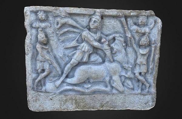 Zeul Mithras, sculptat în marmură de Bucova