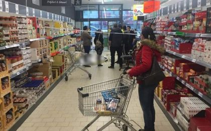 Trupul unui bărbat mort într-un magazin din Timişoara nu i-a împiedicat pe clienţi să-şi continue cumpărăturile (Video)
