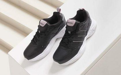 Un look chic cu pantofi sport