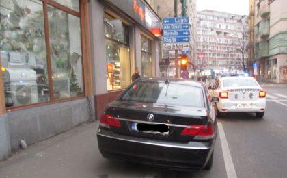 masina parcata pe pista de biciclete