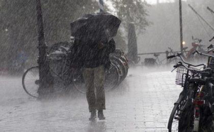 Temperaturi fluctuante în următoarele patru săptămâni, cu multe ploi