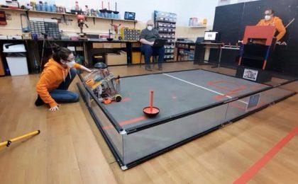 Demonstrații cu roboți creați de elevi inventivi