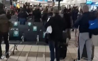 Imaginile care au îngrozit Anglia: Zeci de români de etnie romă se calcă măcelăresc în aeroportul din Luton