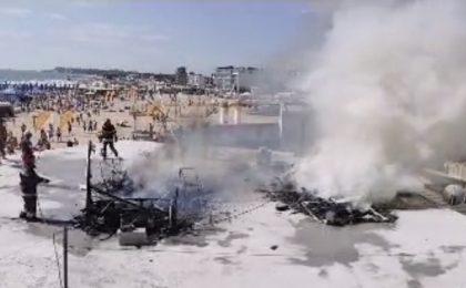 Video! Incendiu pe plaja din Eforie Nord. Două rulote s-au făcut scrum