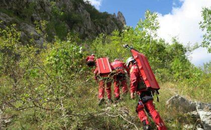 Tânără cu dublu traumatism la picioare, coborâtă de salvamontiști din Munții Retezat