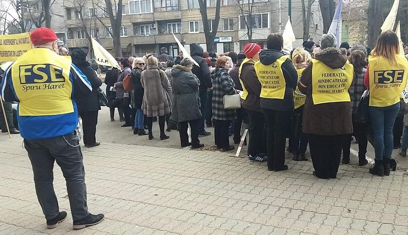 Profesorii nu doresc încă redeschiderea școlilor. Dascălii timişeni încep protestele împotriva înghețării salariilor