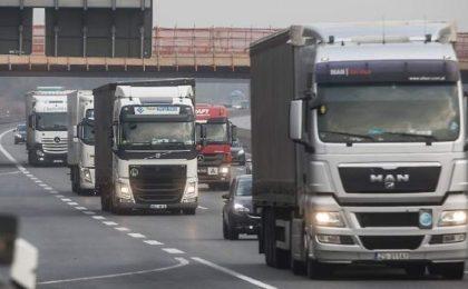 Un şofer român de TIR a fost lovit de roata desprinsă de la camionul care mergea în faţa lui