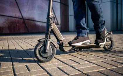 Noi reguli: Trotinetele electrice pot fi folosite doar de cei care au împlinit 14 ani. Circulația pe trotuar este interzisă!