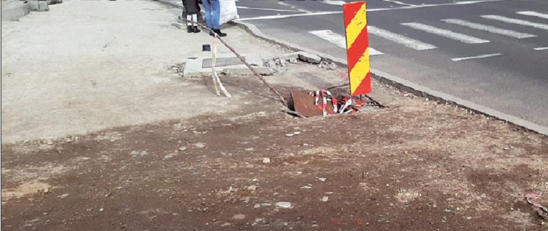"""Noroi și pietriș pe trotuare, """"oferta"""" pentru pietonii din zona centrală"""