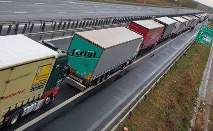 Cozi la vama Nădlac II. Șoferii de camioane așteaptă o oră pentru a ieși din țară