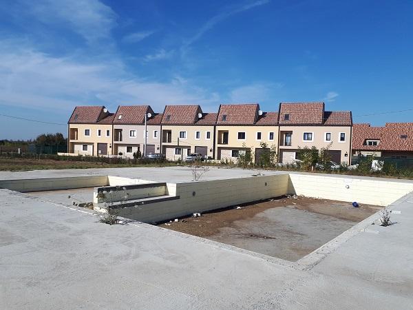 Într-una din vilele sistem duplex cu piscină în construcție, aflată lângă Moșnița Nouă, locuiește șefa Biroului Finanțare Școli din cadrul PMT